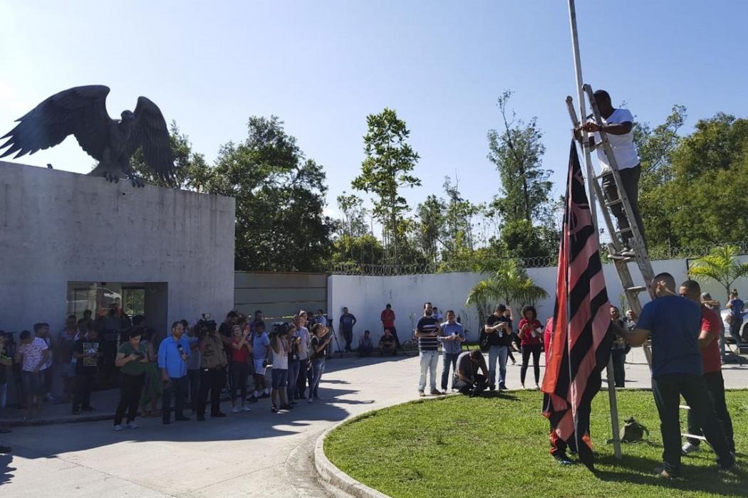 Bandeira do Flamengo é colocada a meio mastro em frente ao Ninho do Urubu. Crédito: Tomaz Silva/Agência Brasil
