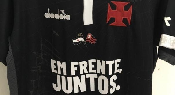 Bandeira do Flamengo na camisa do Vasco gerou polêmica. Crédito: Reprodução
