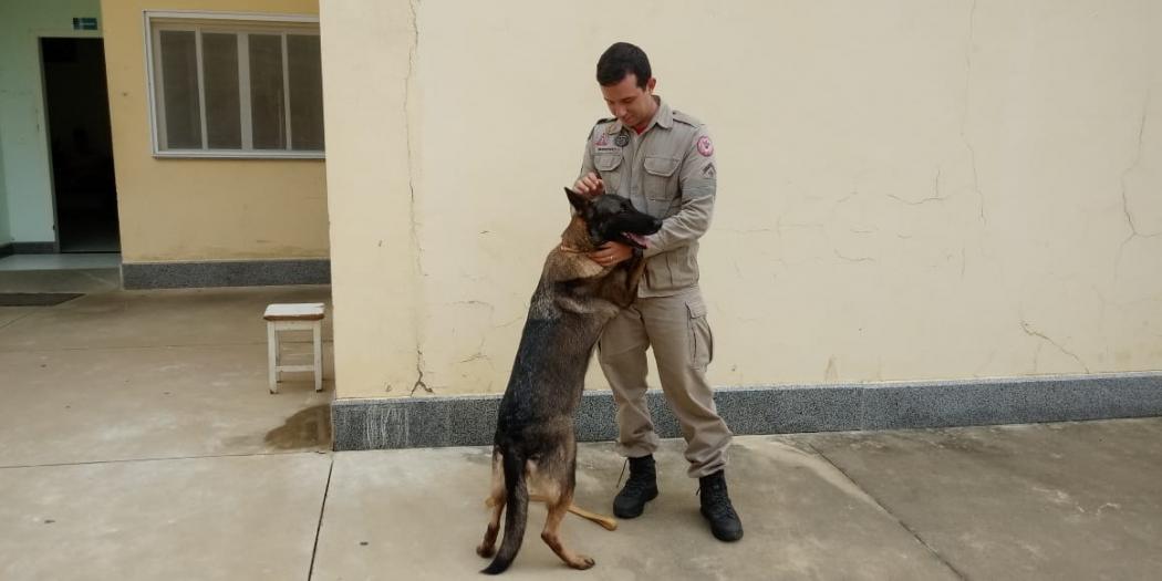 Cachorra Beck junto do Cabo Breno, com que mora e trabalhou durante as operações em Brumadinho. Crédito: Larissa Avilez