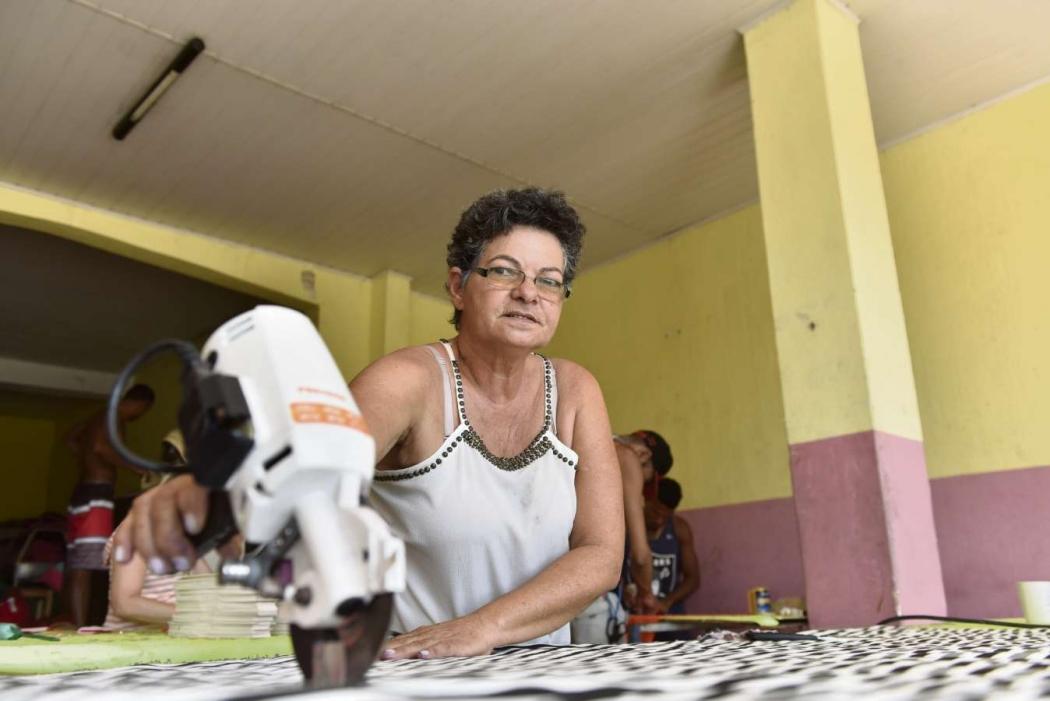 Rosângela Rangel fecha seu ateliê de costura para ganhar um dinheiro extra como costureira na Novo Império. Crédito: Fernando Madeira