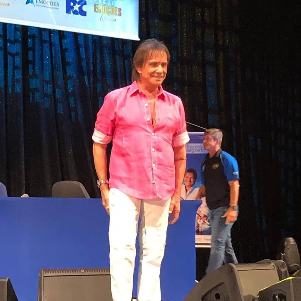Roberto Carlos usa camisa rosa e fala de porte de armas antes de show -  Famosos - Gazeta Online 78a0f295e2037