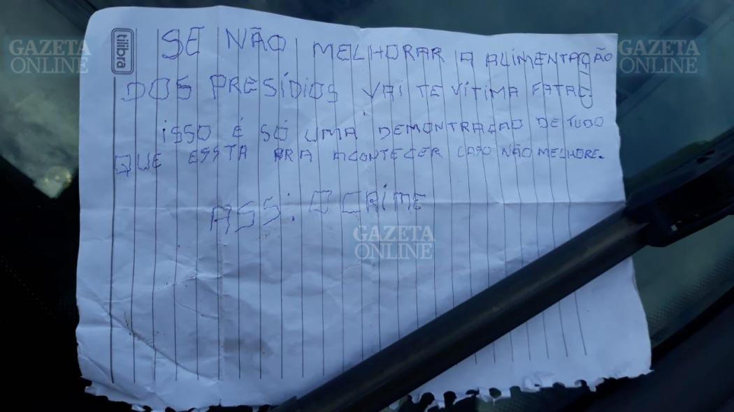 Bilhete com ameaças deixado pelos criminosos . Crédito: Internauta