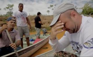 Pescadores choram pela morte de peixes no Rio Doce